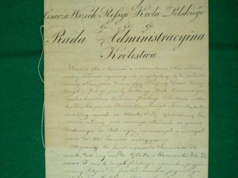 Zdjęcie przedstawia odpis aktu nadania Tomaszowowi mazowieckiemu praw miejskich. Na zdjęciu na papierze odręczny krój pisma z treścią aktu.