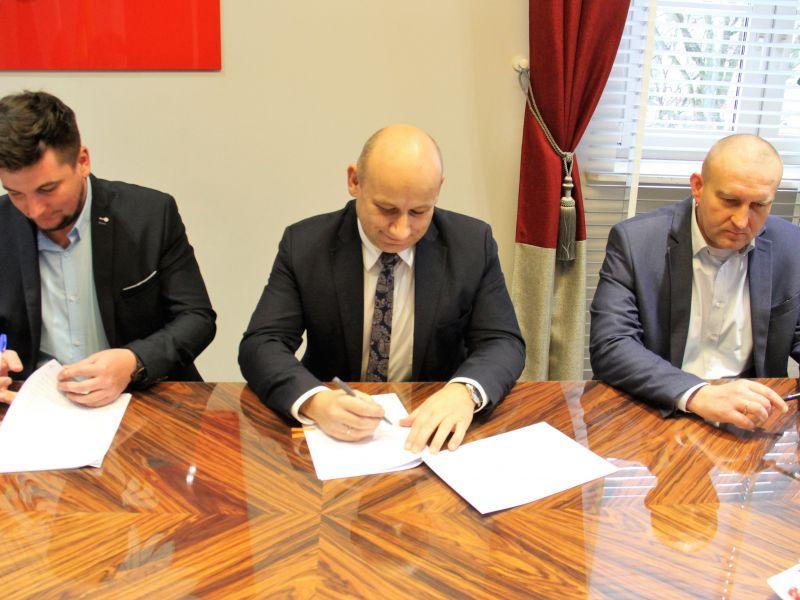 podpisanie umowy na budowę żłobka